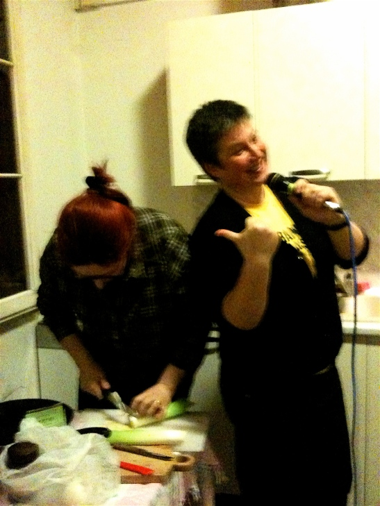 Sorelle in cucina